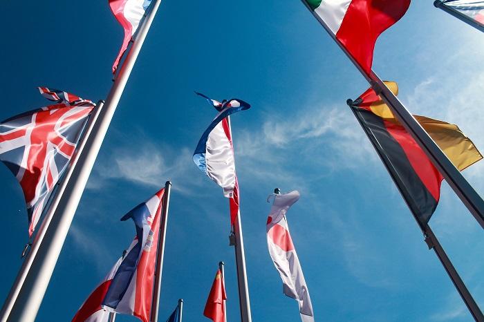 drapeaux européens devant un ciel bleu